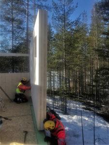 HOISKO CLT -elementin asennusta talvella Villä Jäkälässä.