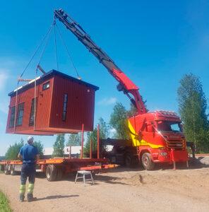 HOISKO CLT -elementistä rakennettu Kontu-minitalo nostetaan rekasta perustuksille.